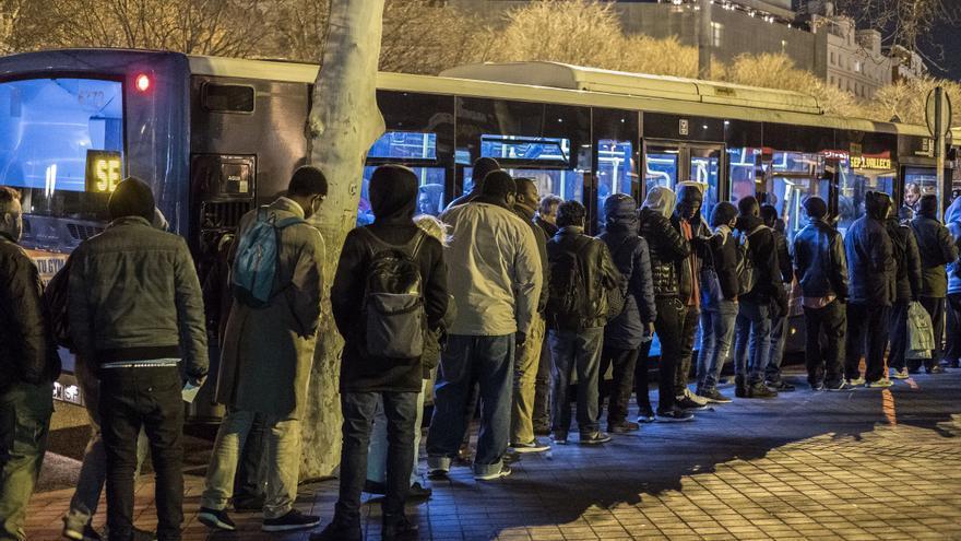Decenas de personas de origen subsahariano esperan para tener plaza en los servicios municipales para las personas sin hogar.