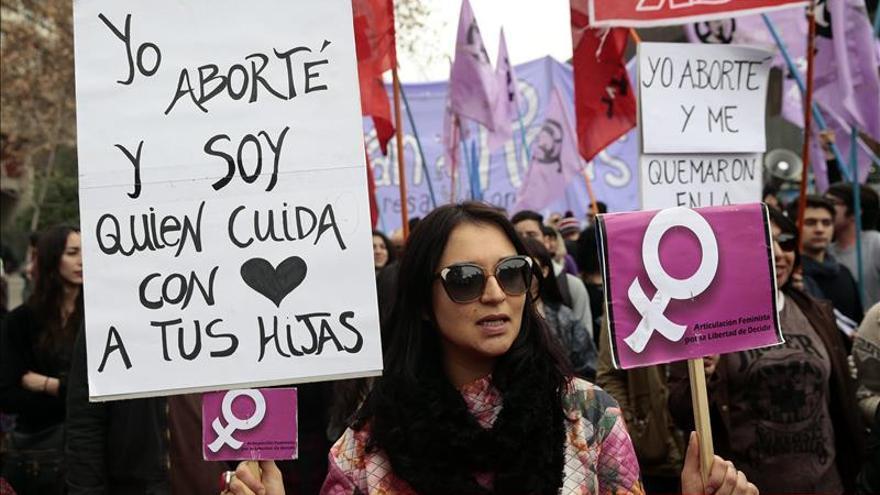 Chilenos apoyan proyecto que despenaliza el aborto, según una encuesta