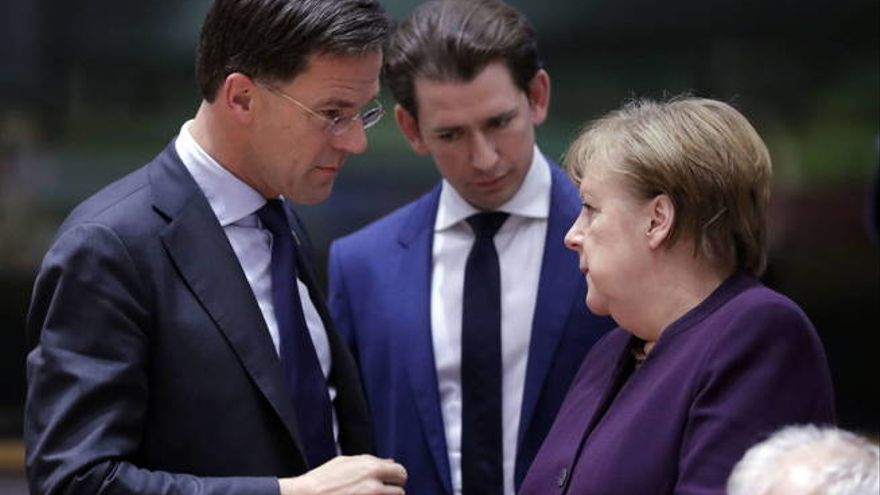 Brussels (Belgium), 20/02/2020.- (L-R) Dutch Prime Minister Mark Rutte, Austrian Chancellor Sebastian Kurz, and German Chancellor Angela Merkel at a Round Table during a Special European Council meeting in Brussels, Belgium, 20 February 2020. EU heads of state or government gather for a special meeting to discuss the EU'Äôs long-term budget for 2021-2027. (Lanzamiento de disco, Bélgica, Bruselas)