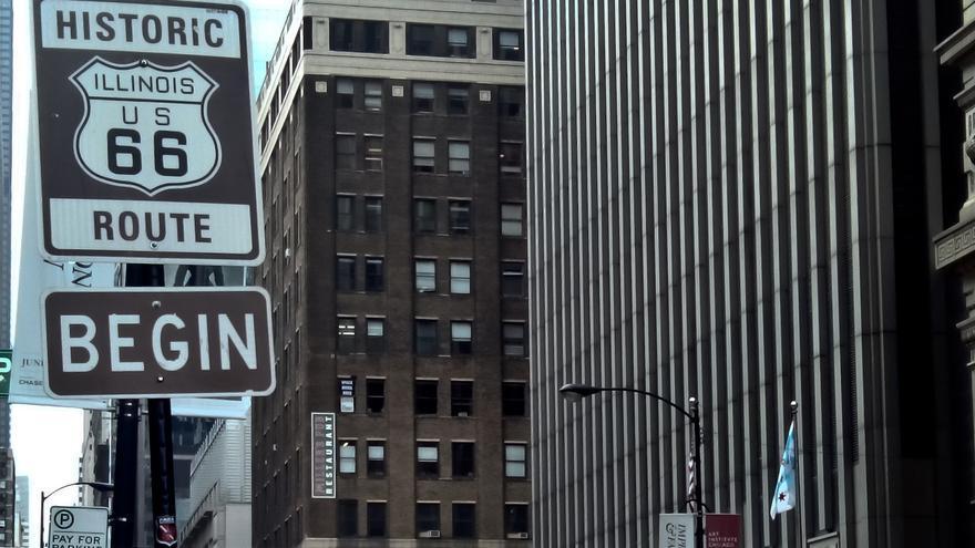 Cartel que marca el inicio de la Ruta 66 en la ciudad de Chicago.
