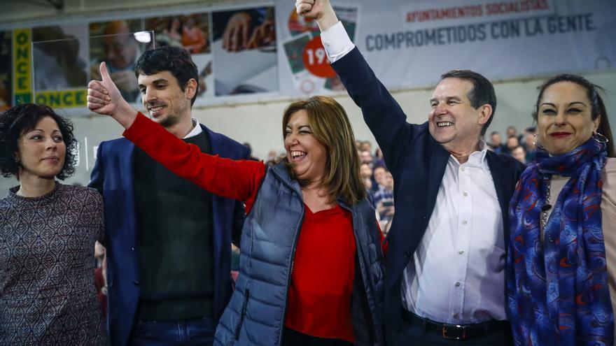 El alcalde de Gimenells, Dante Pérez, junto a la presidenta de la Junta de Andalucía, Susana Díaz, y el alcalde de Vigo, Abel Caballero, en el acto 'Compromiso Socialista', el 11 de febrero
