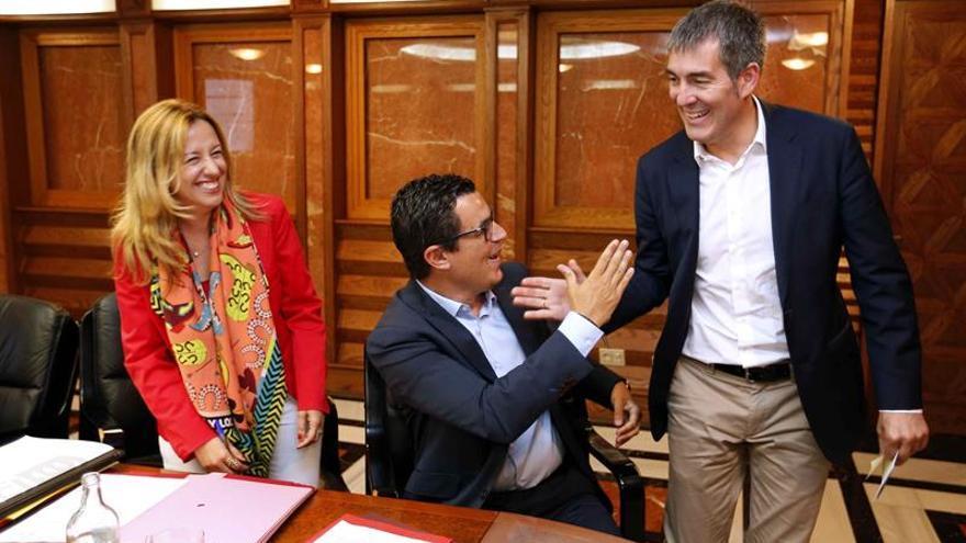 El presidente del Gobierno de Canarias, Fernando Clavijo (d), saluda al vicepresidente, Pablo Rodríguez, durante la reunión del consejo de gobierno.