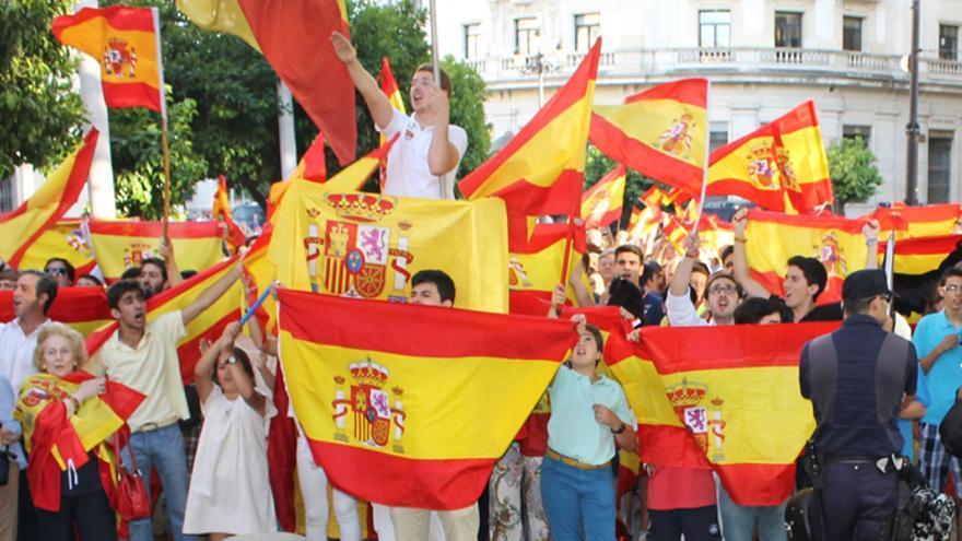 Monárquicos y republicanos, manifestaciones paralelas en Sevilla.