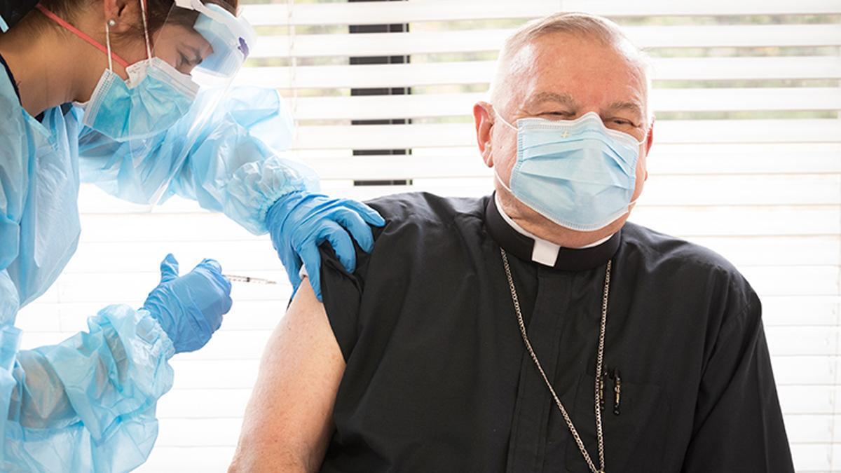 El arzobispo de Miami, Thomas Wenski, vacunándose