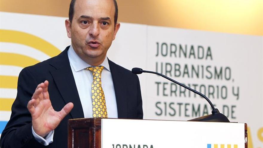 El alcalde de Las Palmas de Gran Canaria, Juan José Cardona, inaguró este miércoles la Jornada Urbanismo, Territorio y Sistemas de Guaguas de Alta Capacidad. EFE/Elvira Urquijo A
