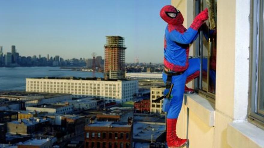 Spiderman: Bernabé Méndez originario de Guerrero trabaja limpiando vidrios en los rascacielos de Nueva York manda 500 dólares al mes/ Dulce Pinzón/ZEMOS98