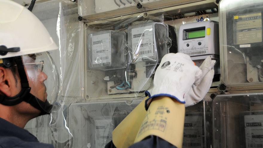 Un técnico de Endesa revisando unos contadores eléctricos