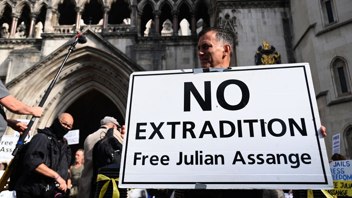 Seguidores de Julian Assange se manifiestan en Londres contra su extradición.