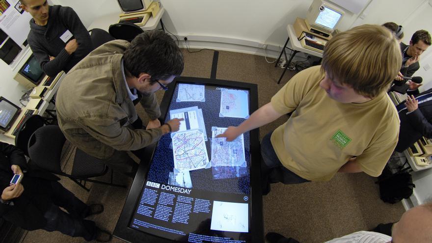 Dos usuarios con el panel táctil del Domesday que desarrolló la BBC para el 25 aniversario (Imagen: Cedida por el Museo Nacional de la Informática)