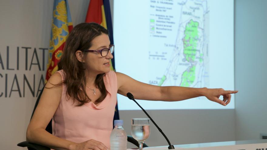 Mónica Oltra, ante el mapa de Palestina, explica su viaje.