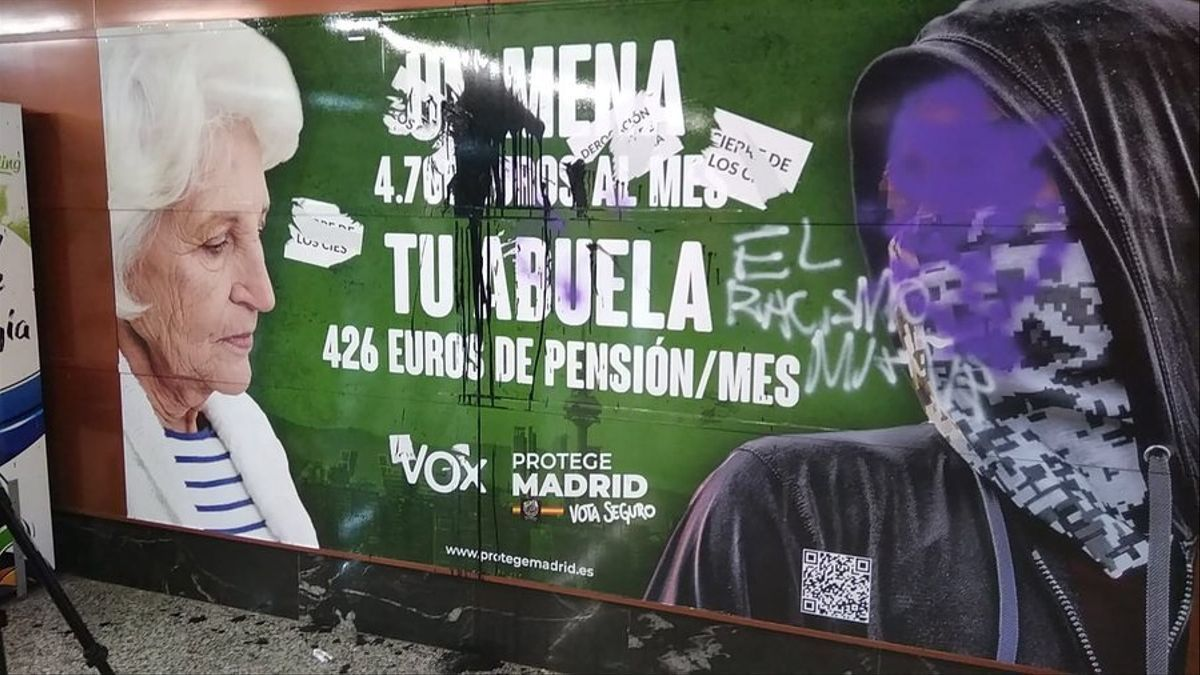 El cartel xenófobo de Vox en la estación de cercanías de la Puerta del Sol de Madrid.