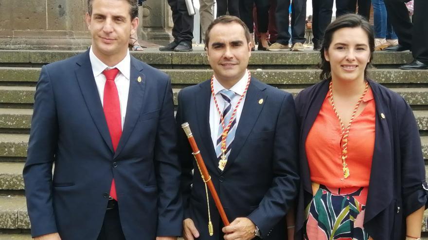 José Daniel Díaz, con el bastón de mando de Tacoronte, junto a Carlos Medina, del PSOE, y a Violeta Moreno, de Sí Se Puede
