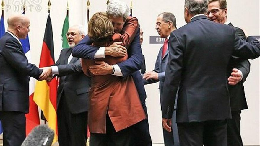 Los miembros de la comisión negociadora se abrazan después del acuerdo sobre el programa nuclear de Irán.