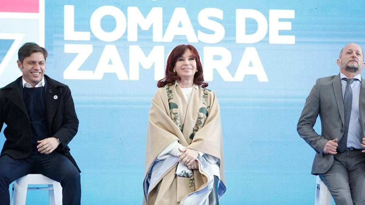 La vicepresidenta Kirchner, en un acto reciente en Lomas de Zamora, con Axel Kicillof y Martín Insaurralde.