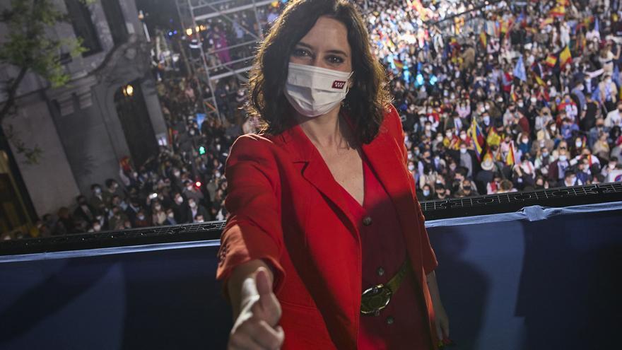 La presidenta de la Comunidad de Madrid y candidata a la reelección por el PP, Isabel Díaz Ayuso, posa en el balcón de la sede del partido