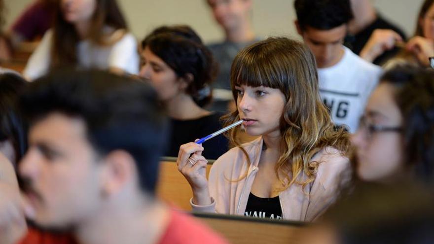 Los licenciados universitarios son más empleables y ganan un 56 % más