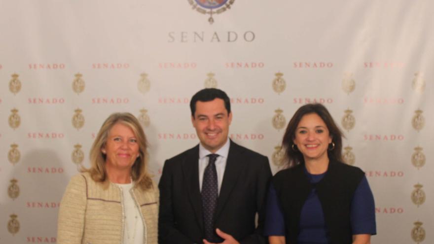 Ángeles Muñoz, en un a imagen de archivo en el Senado, junto al también senador Juanma Moreno (presidente del PP andaluz) y la secretaria general del PP de Málaga, Margarita del Cid.