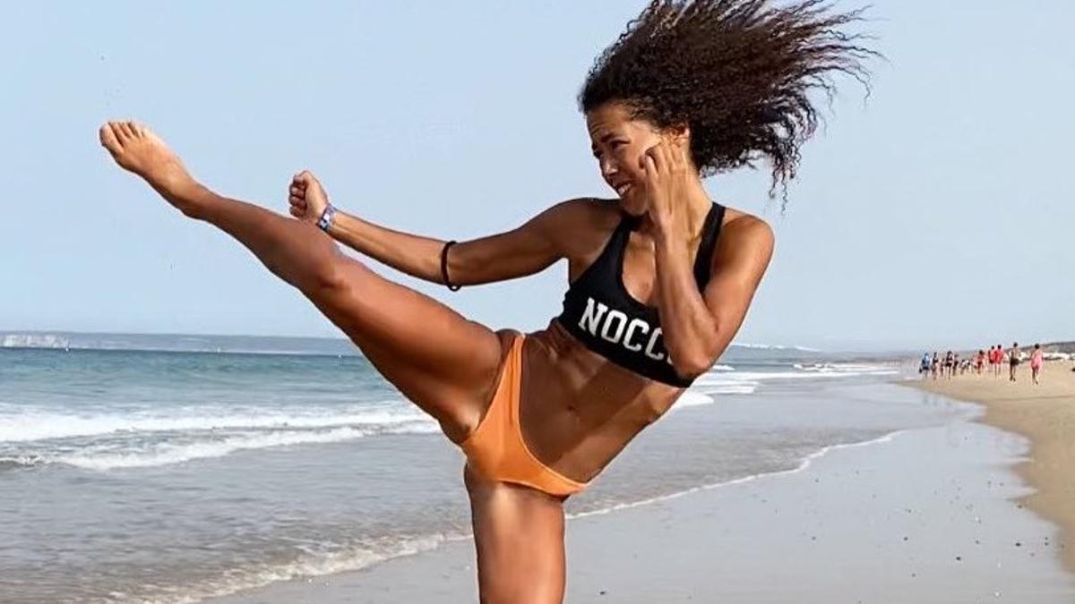 La campeona del mundo, entrenando en la playa de Zahara de los Atunes.