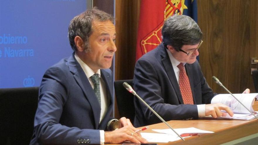 El portavoz del gobierno Sánchez de Muniáin y el consejero Iribas en la rueda de prensa tras el Consejo de Gobierno.