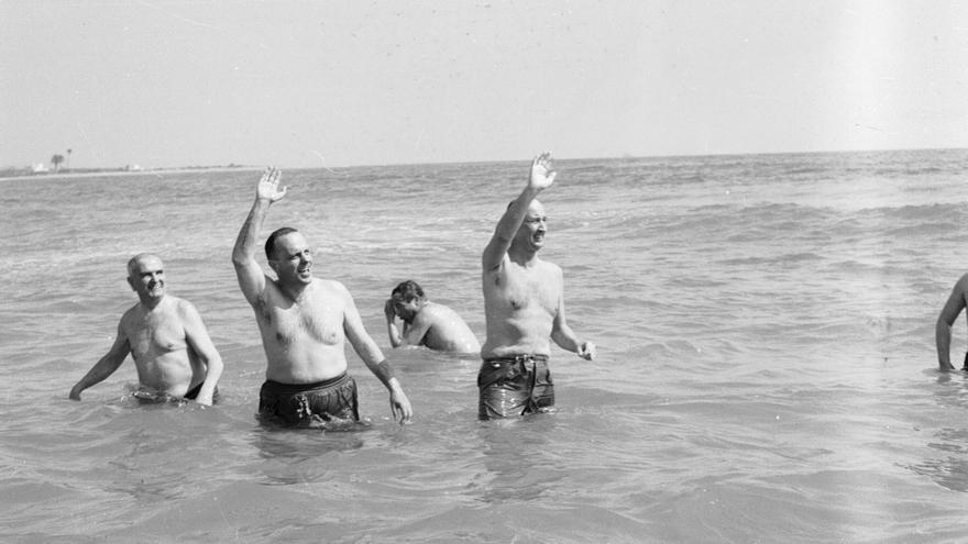 Manuel Fraga, durante su célebre baño en las aguas de Palomares