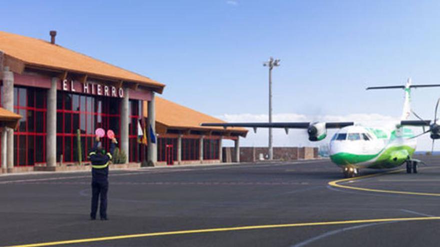 Un avión Binter realiza operaciones en el aeropuerto de El Hierro