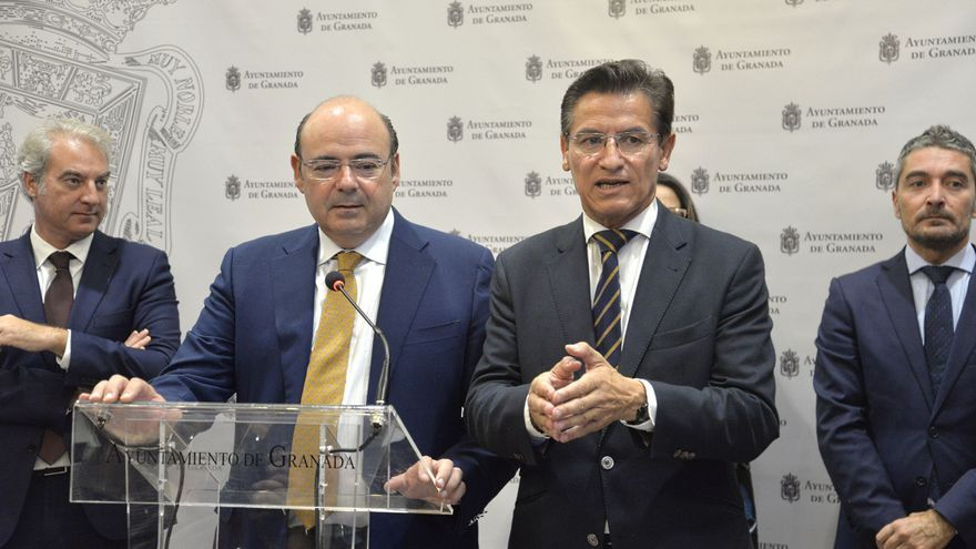 El líder del PP de Granada, Sebastián Pérez (a la izquierda), puede dejar al alcalde de Granada, Luis Salvador, (a la derecha) en minoría, según fuentes municipales