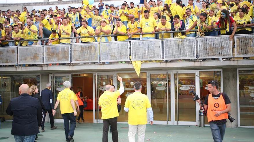 Antonio Morales saluda a los aficionados de la Ultra Naciente.  (ALEJANDRO RAMOS)