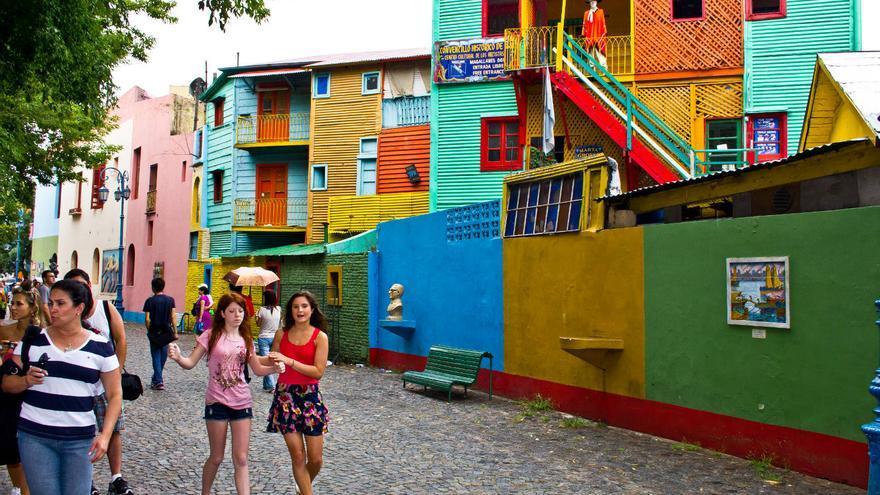 Turistas en el Pasaje de Caminito junto a los antiguos conventillos de madera y chapa de colores. VIAJAR AHORA