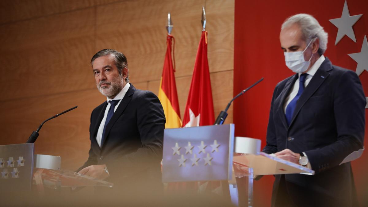 El consejero de Justicia, Interior y Víctimas, Enrique López (i), y el consejero de Sanidad, Enrique Ruiz Escudero, durante una rueda de prensa en la Real Casa de Correos, en Madrid
