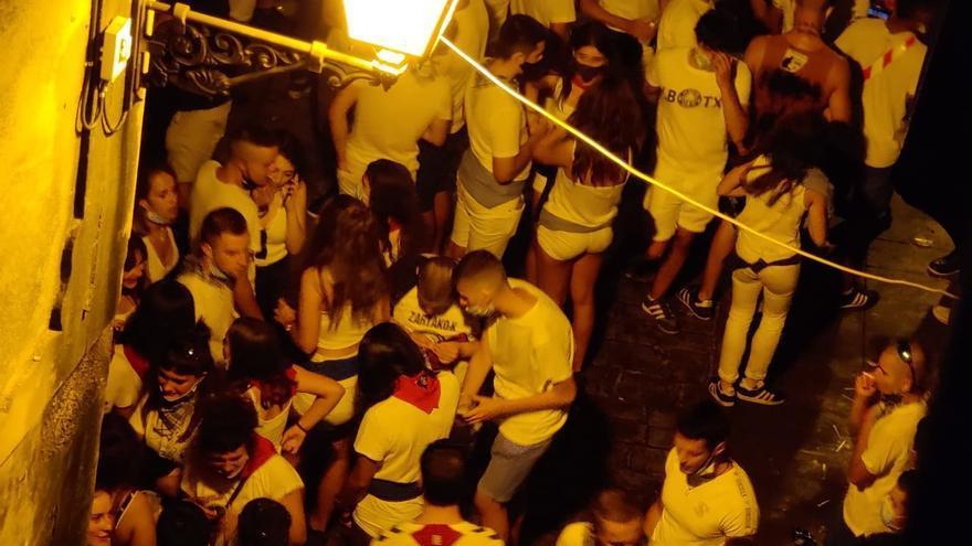 Jóvenes de Tafalla, de fiesta en las calles de la localidad sin respetar las medidas de seguridad