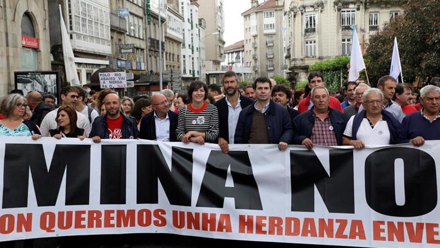 Miles de personas claman en Santiago contra la mina de Touro-O Pino