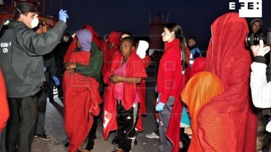 Llegan en buen estado a Motril las 119 personas rescatadas de dos pateras
