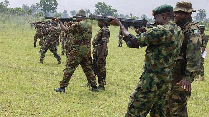 Unos militares nigerianos hacen prácticas en un campo de tiro en Bauchi, Nigeria.