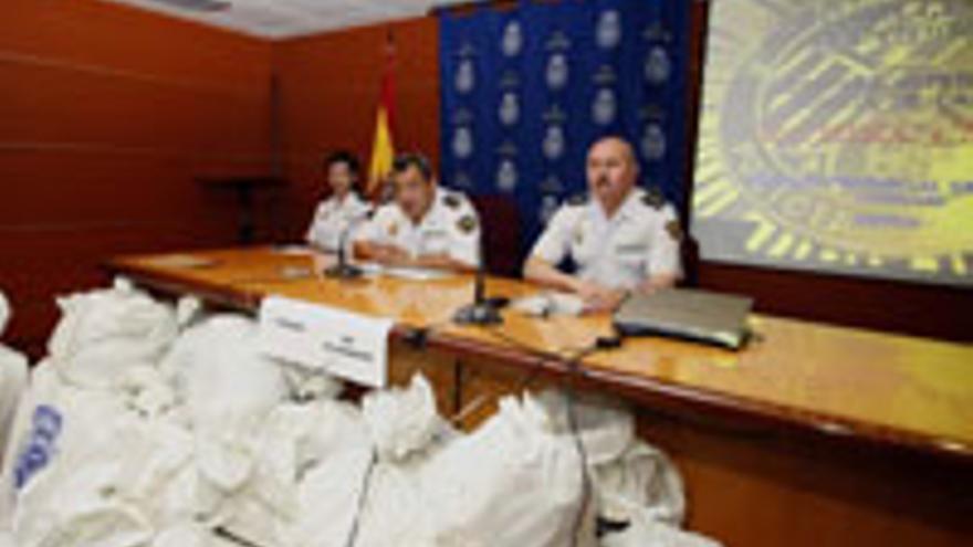 La cúpula policial celebra el éxito contra el narco.