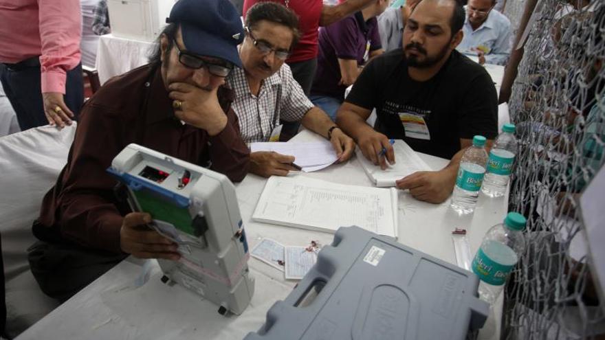 Comienza el recuento electoral en India con el partido de Modi en cabeza