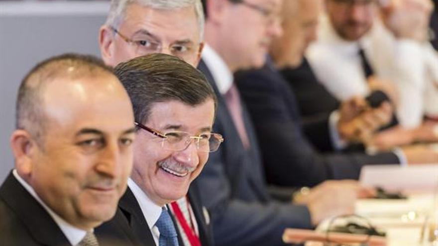 El primer ministro turco, Ahmet Davutoglu (2ºizda), asiste a una comida de trabajo durante la reunión especial con Turquía en Bruselas (Bélgica) hoy. EFE