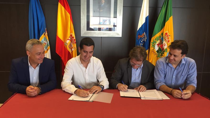 En la imagen, un momento de la firma del convenio.