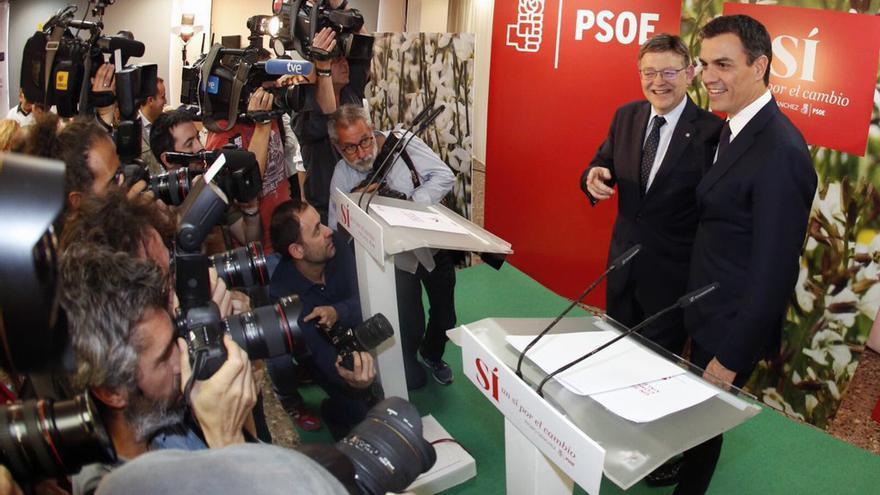 El líder del PSOE Pédro Sánchez junto al president Ximo Puig antes de atender a los medios