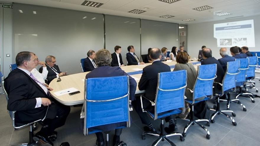 Víctor Gijón, al fondo, con el móvil en las manos, en una reunión de patronos y representantes del Comité Asesor de FIDBAN. | UNEATLÁNTICO