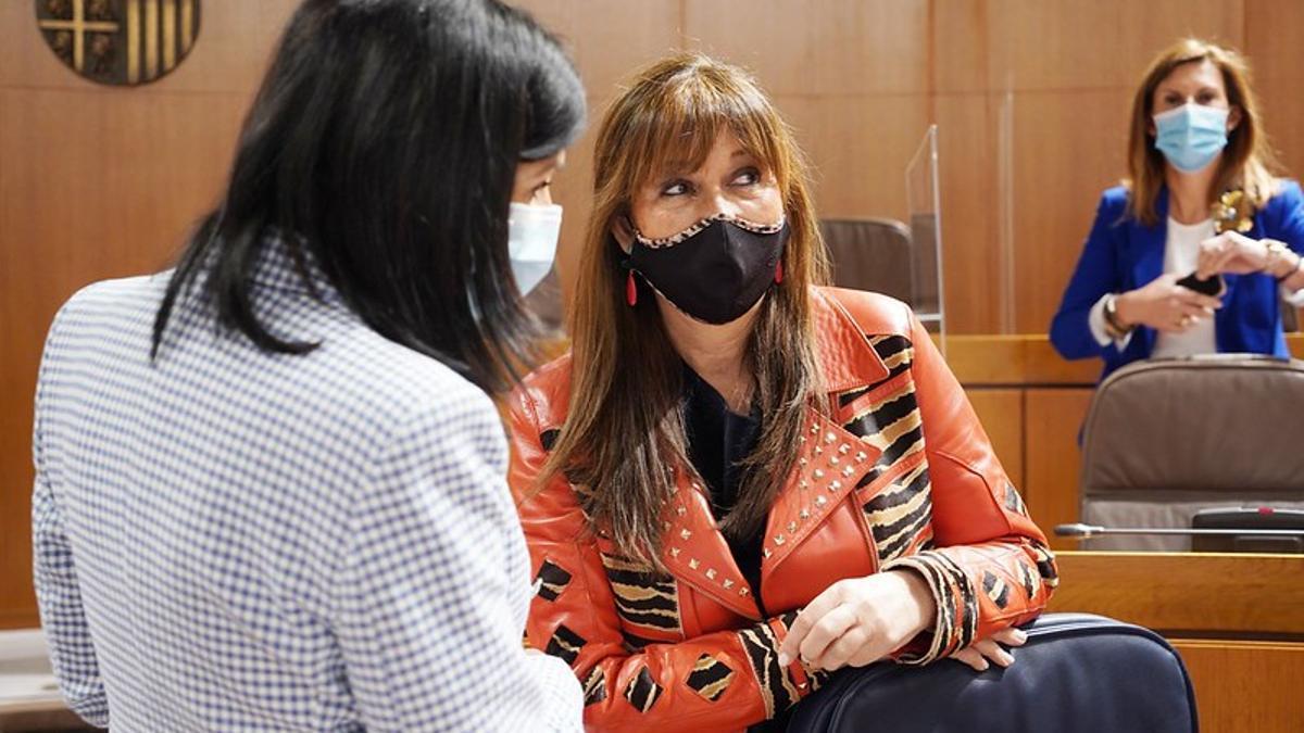 Sira Repollés conversa con una diputada de CHA en el pasado pleno de las Cortes
