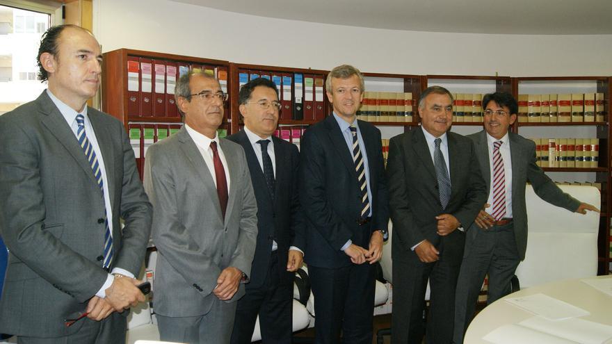 Florentino Delgado, fiscal jefe de Ourense, primero por la izquierda, en una reunión con otros cargos de la Fiscalía y de la Xunta, incluido el vicepresidente Alfonso Rueda, cuarto por la izquierda
