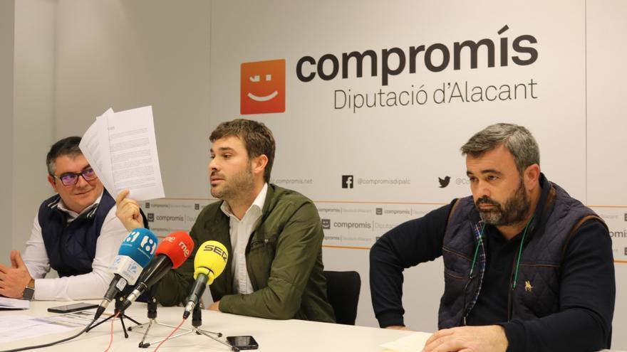 Gerard Fullana muestra documentación relativa a la denuncia de Compromís del caso Fitur en la Diputación de Alicante