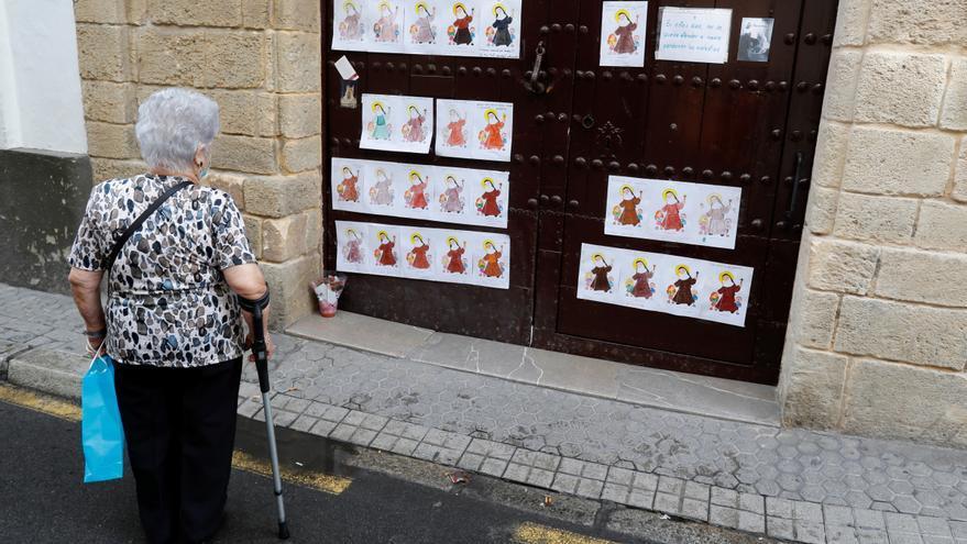 """Un convento con 40 monjas confinadas amanece """"empapelado"""" con dibujos de ánimo"""