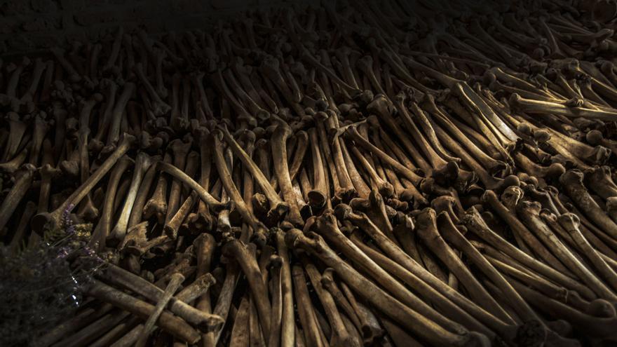 Antes de 1994, cuando la violencia contra los tutsis en Ruanda entraba en su momento álgido, estos buscaron refugio en cualquier iglesia: eran lugares más seguros. Durante el genocidio se rompió esa máxima: las iglesias de Kabagayi, Mubuge, Nyarubuye se convirtieron en epicentros del terror. Fotografía: Juan Carlos Tomasi /MSF