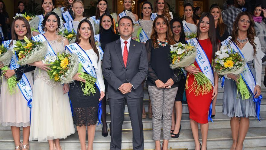 José Manuel Bermúdez posa con las 16 candidatas a Reina del Carnaval 2017