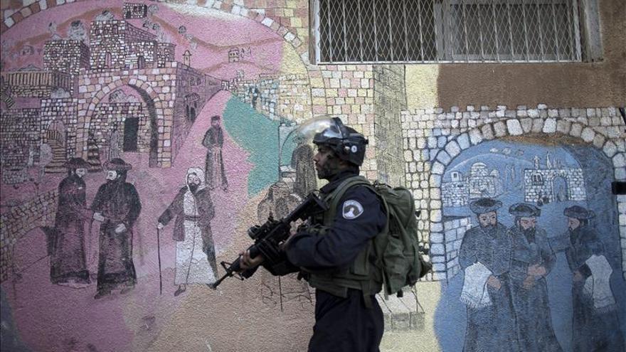 Un soldado israelí patrulla por una calle de la localidad cisjordana de Hebrón