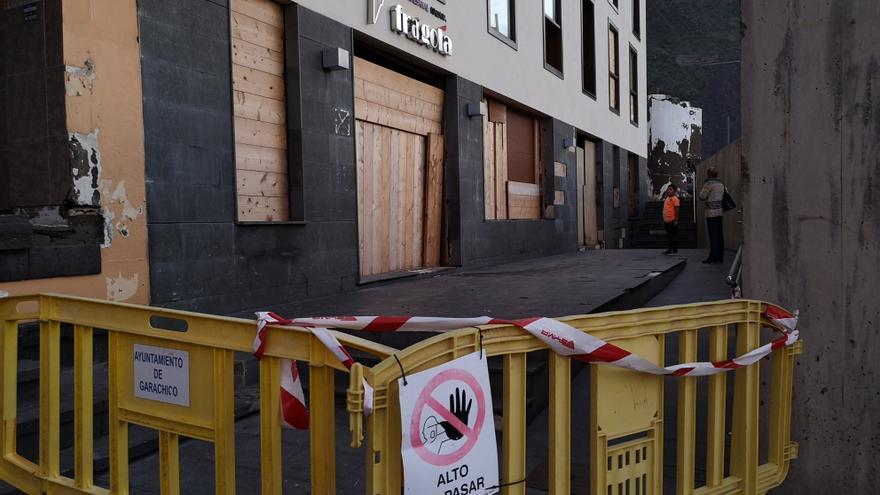 Heladería de la avenida marítima de Garachico totalmente tapiada tras los daños ocasionados por las olas