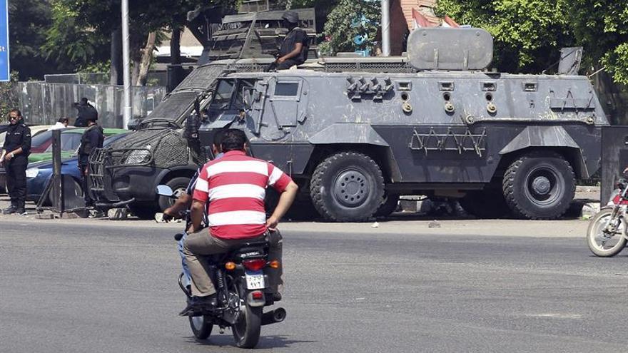 Mueren ocho policías al ser atacado su vehículo al sur de El Cairo