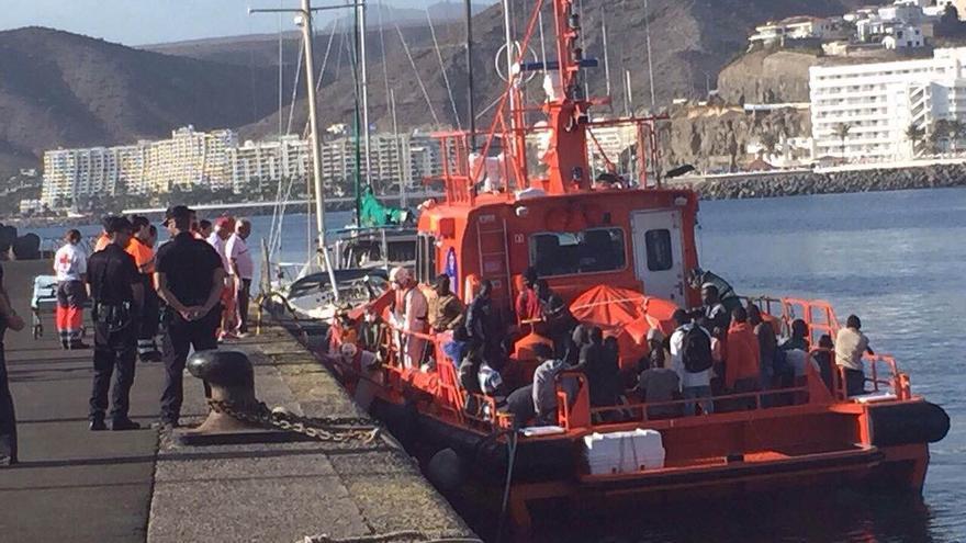 Rescatadas 49 personas a bordo de una patera al sur de gran Canaria