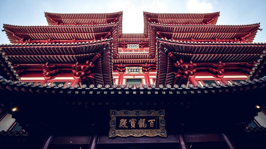 Portada del Templo del Diente de Buda, en el corazón de Chinatown. MELVIN TAN